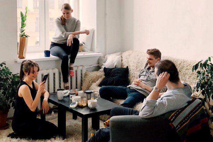 Eine Gruppe junger Leute im Wohnzimmer
