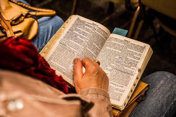 Frau mit Bibel auf dem Schoß